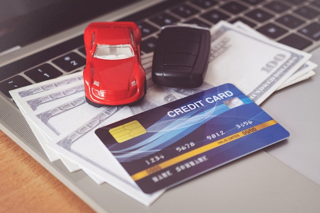 Carte de crédit et argent sur ordinateur portable