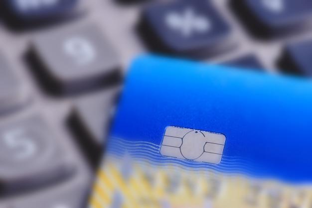 Carte de crédit sur une calculatrice