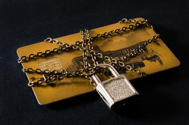 Carte de crédit avec chaîne
