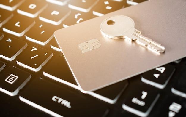 Carte de crédit et clé sur un clavier d'ordinateur concept de sécurité