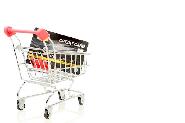 Carte de crédit dans le panier pour les achats en ligne sur blanc, concept de travail à domicile