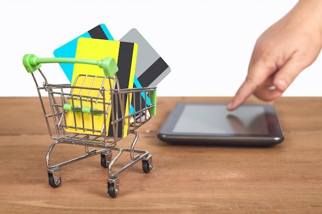 Carte de crédit ou de débit sur chariot, concept de magasinage.