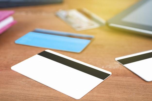 Carte de crédit ou de débit sur la table de travail, shopping en ligne concept.