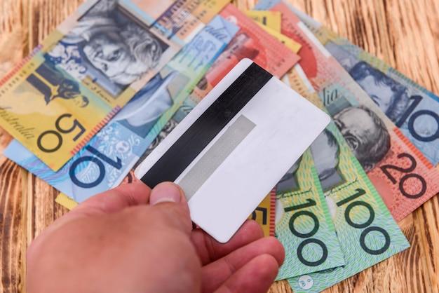 Carte de crédit avec des dollars australiens sur la table