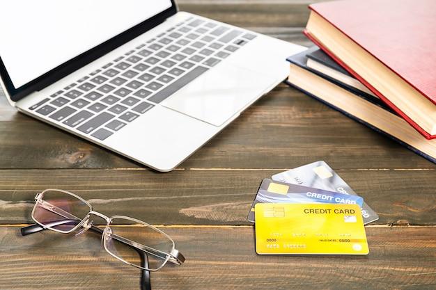 Carte de crédit et lunettes sur une table en bois