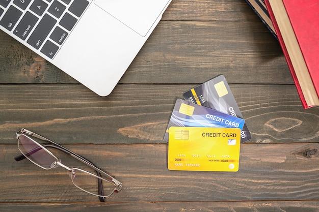 Carte de crédit et lunettes sur table en bois