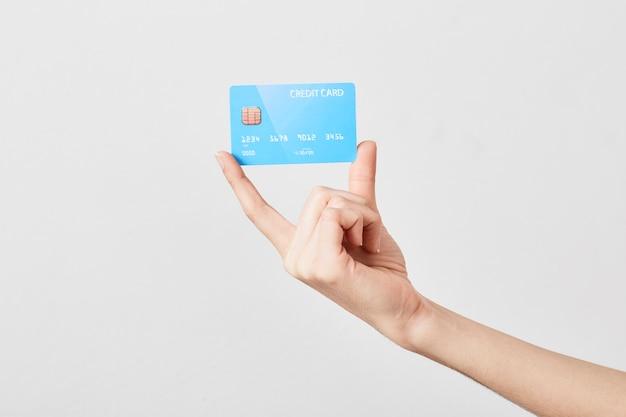 Carte de crédit en main sur blanc