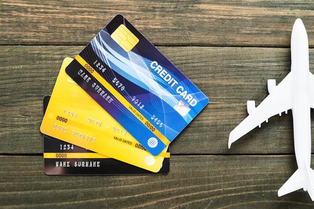 Carte de crédit et modèle d'avion sur un bureau en bois