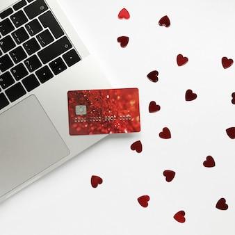 Carte de crédit et onfetti coeur rouge pour la saint valentin