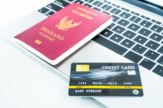 Carte de crédit et passeport sur clavier