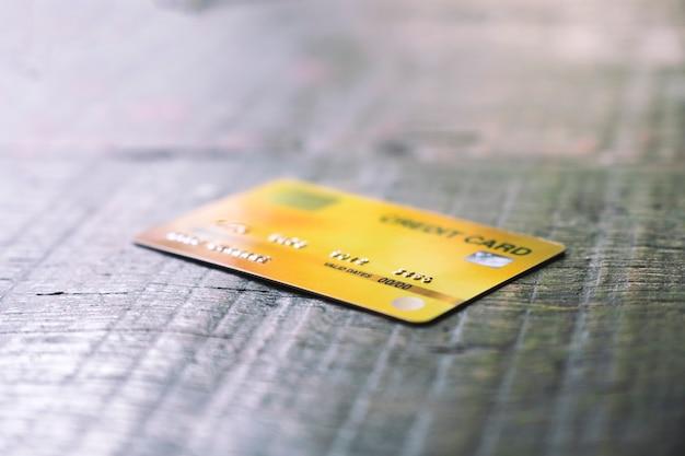 Une carte de crédit sur table en bois