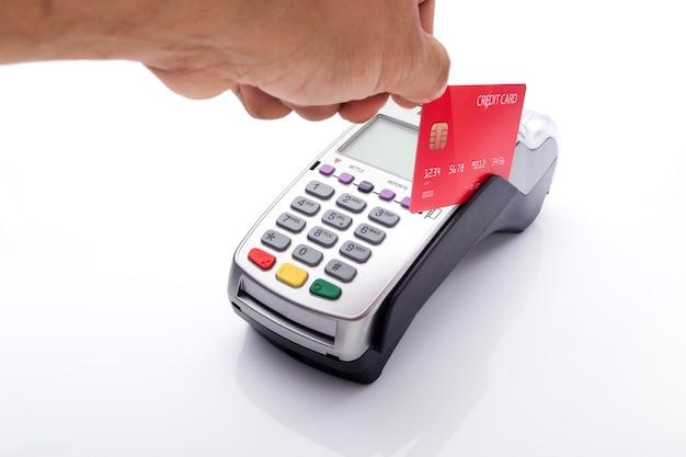Carte de crédit et terminal pos sur blanc