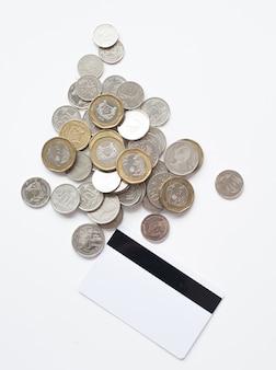 Carte de crédit vierge et pièce de monnaie sur fond blanc