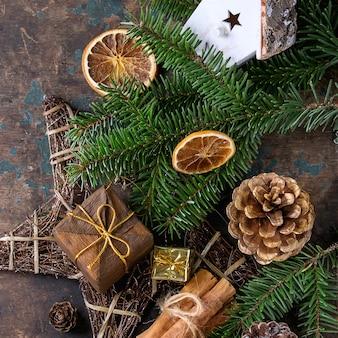 Carte de décoration de noël avec jouets et arbre