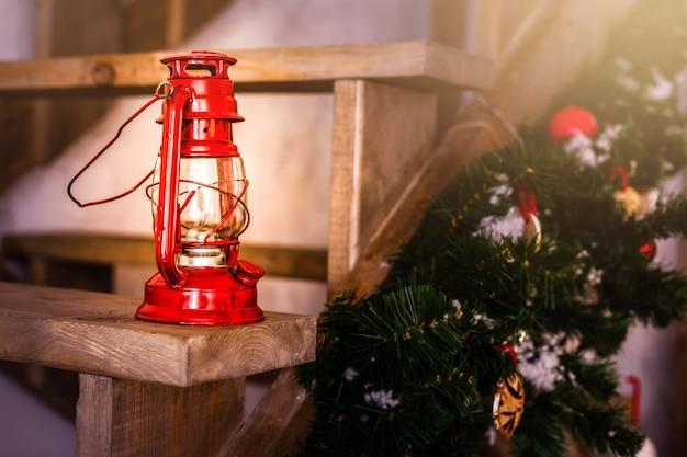 Carte de décoration de noël avec des jouets de noël vintage arbre branches lampe à huile au kérosène