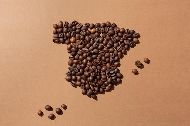 Carte de l'espagne faite avec des grains de café sur une surface brune