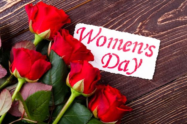 Carte de la fête des fleurs et de la femme. roses et papier de voeux. la beauté est dans la simplicité. cadeau du coeur.