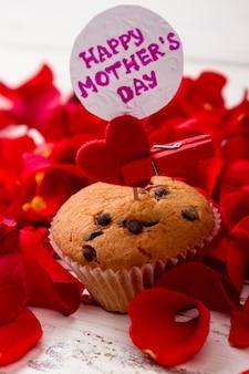 Carte de fête des mères et carte de cupcake coeur muffin et pétales délicieux cadeau pour maman
