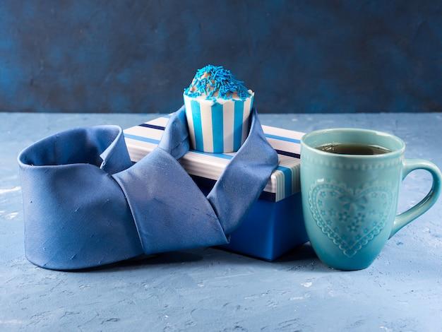 Carte de fête des pères avec boîte-cadeau et coupe-gâteau, cravate