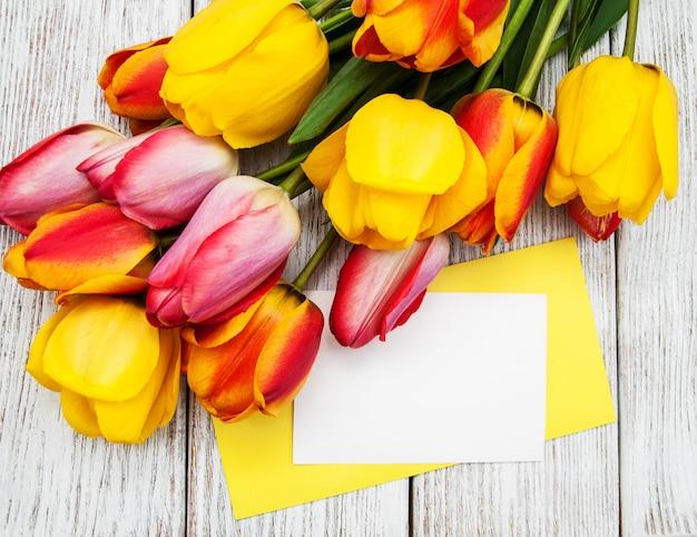 Carte et fleurs de tulipes printanières