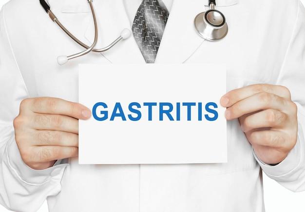 Carte de gastrite entre les mains du médecin