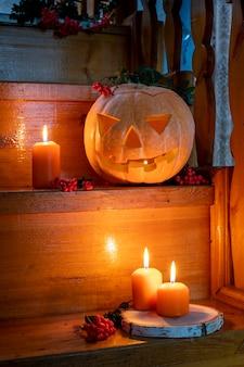 Carte d'halloween effrayant citrouille jack lantern sur les escaliers en bois