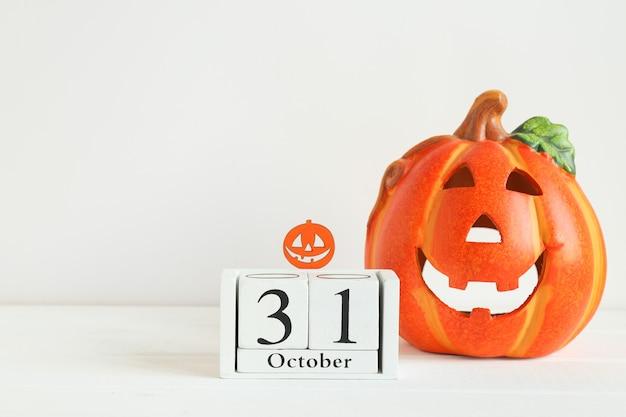 Carte d'halloween avec espace de copie pour les félicitations calendrier daté du 31 octobre et jackolatern