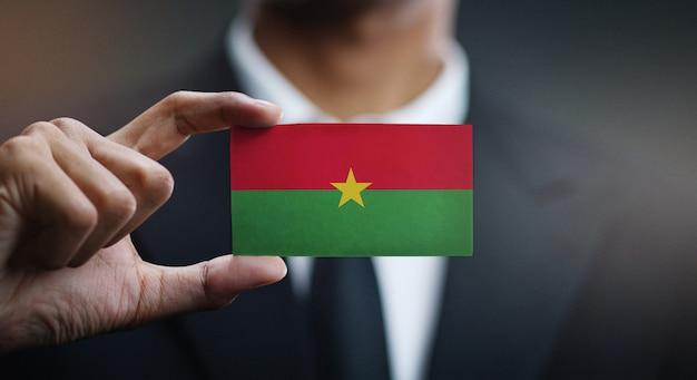 Carte de holding homme d'affaires du drapeau du burkina faso