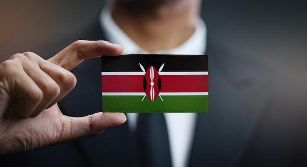 Carte de holding homme d'affaires du drapeau du kenya