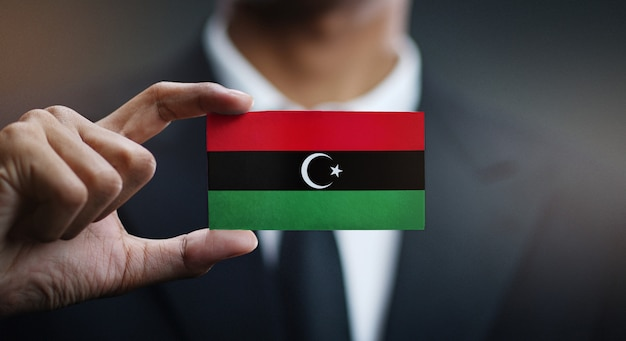 Carte de holding homme d'affaires du drapeau de la libye