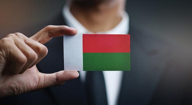 Carte de holding homme d'affaires du drapeau de madagascar