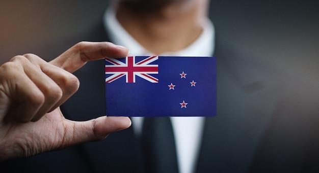 Carte de holding homme d'affaires du drapeau de la nouvelle-zélande