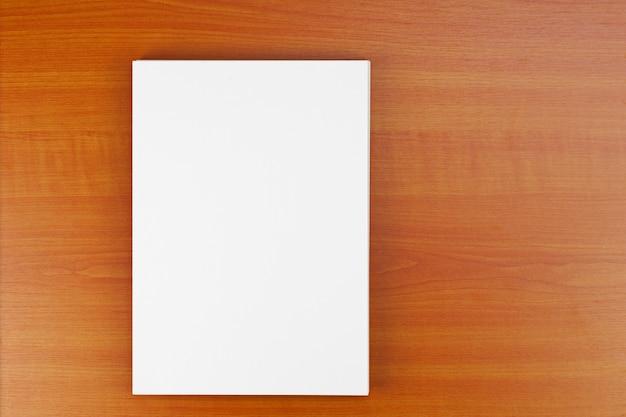 Carte d'identité d'entreprise sur table en bois