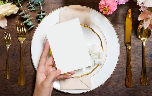 Carte d'invitation sur une assiette dans une réception