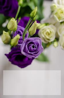 Carte d'invitation avec des fleurs d'eustoma