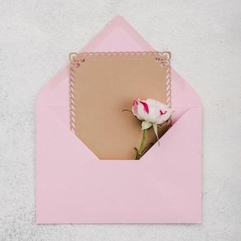Carte d'invitation de mariage vue de dessus avec des fleurs