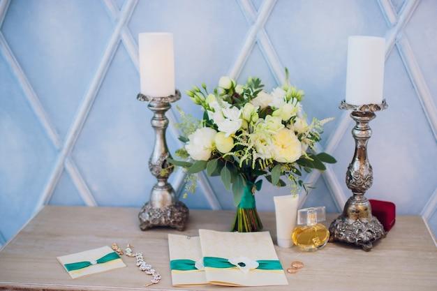 Carte d'invitation sur la table de mariage en plein air. bouquet de bougies parfum
