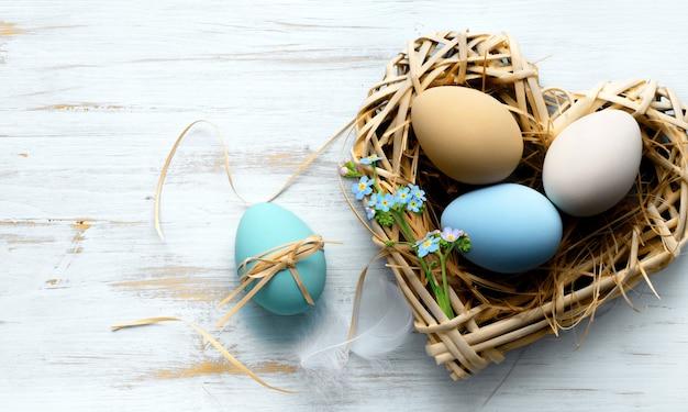 Carte de joyeuses pâques. cadre avec des œufs de pâques mouchetés d'or et de bleu avec espace de copie pour le texte. isolé sur fond blanc