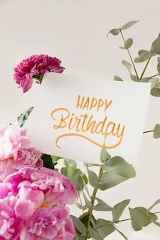Carte de joyeux anniversaire avec composition de fleurs