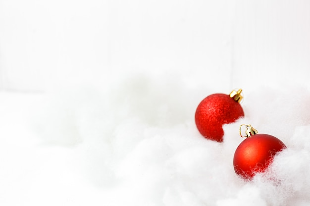 Carte de joyeux noël et bonne année avec des décorations rouges
