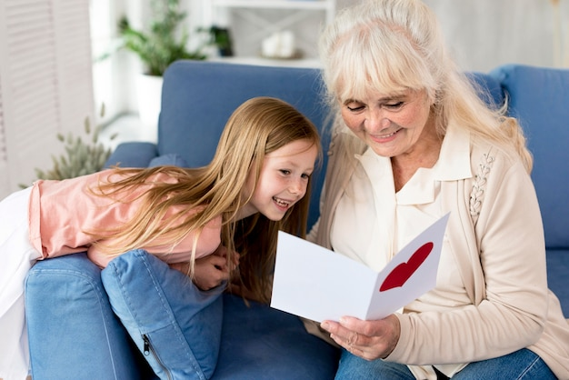 Carte de lecture de grand-mère de petite fille