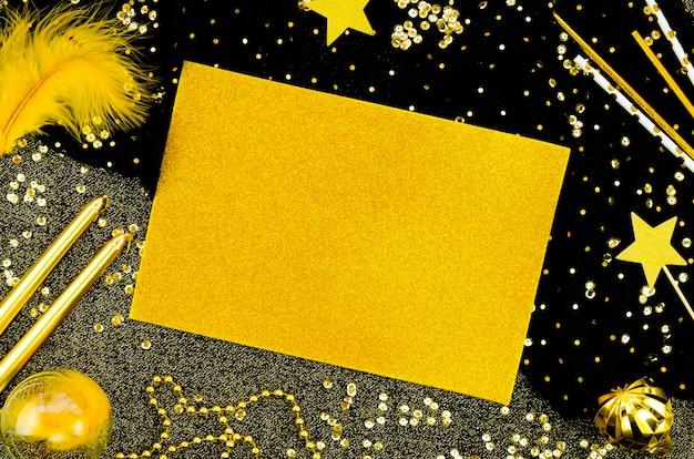 Carte de maquette d'espace de copie jaune avec des étincelles et des paillettes