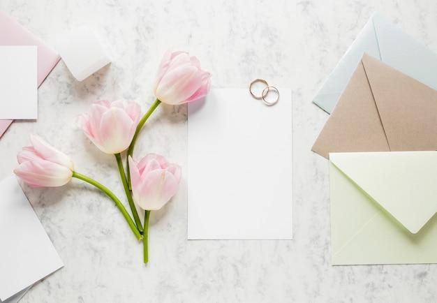 Carte de mariage élégante et fleurs