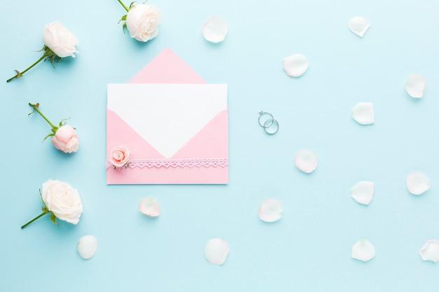 Carte de mariage et fleurs
