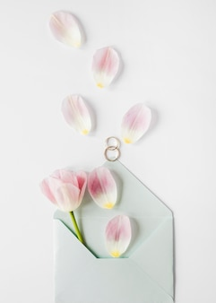 Carte de mariage avec pétales de fleurs