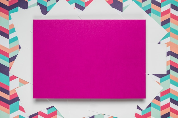 Carte mauve sur fond coloré