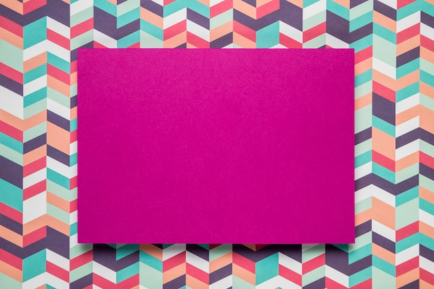 Carte mauve maquette sur fond coloré