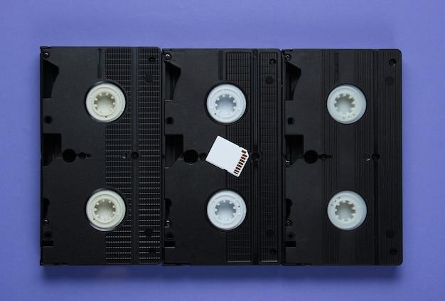 Carte mémoire sd, cassette vidéo sur papier violet avec des formes géométriques
