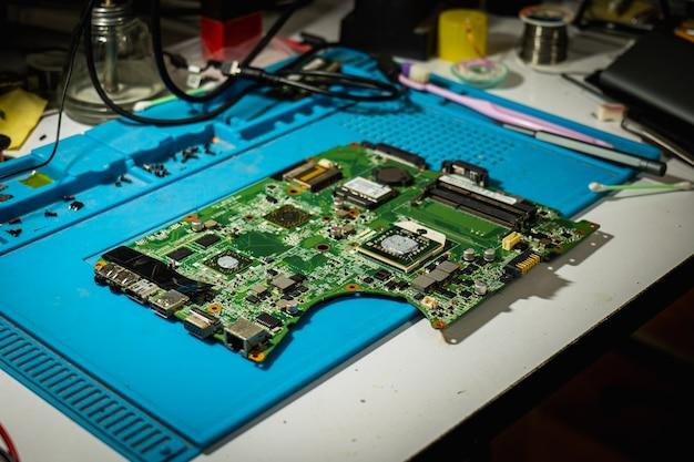 La carte mère déballée a été placée sur le bureau en attendant qu'un technicien la vérifie et la répare.