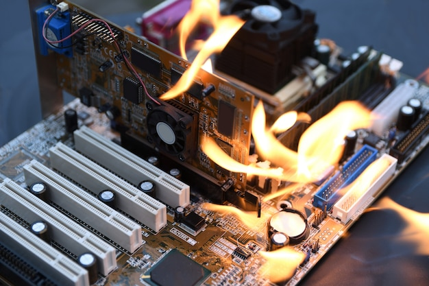 Carte mère d'ordinateur brûlant, flamboyante, cpu, gpu et vidéo, processeur sur circuit imprimé avec électronique